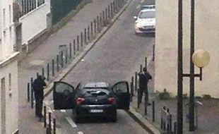 Les deux hommes qui ont attaqué l'hebdomadaire Charlie Hebdo font face à des policiers le 7 janvier 2015 à Paris