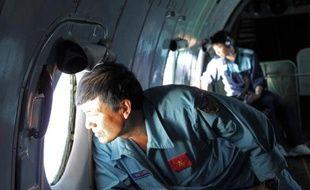 Des militaires vietnamiens à la recherche de traces de l'avion de Malaysian Airlines disparu, le 8 mars 2014 entre l'est de la Malaisie et le sud du Vietnam