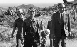 Le soldat Hiroo Onoda (au centre) sortant de la jungle sur l'île philippine de Lubang, le 11 mars 1974, où il est resté caché pendant 30 ans.