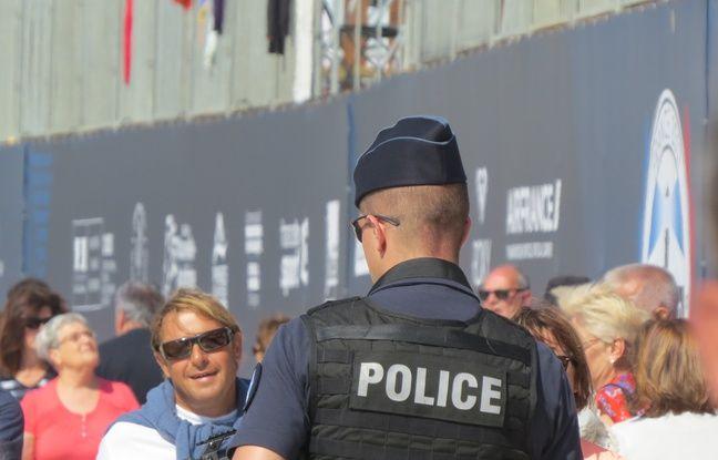 Un policier qui patrouille sur les lieux de la compétition