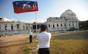 Le drapeau haïtien flotte devant le palais présidentiel à Port-au-Prince, le 19 avril 2011.
