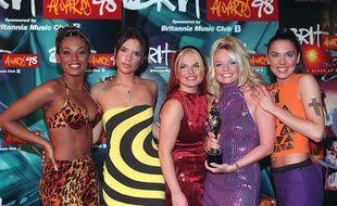 Les Spice Girls aux Brit Awards à Londres, en Grande-Bretagne, le 9 février 1998.
