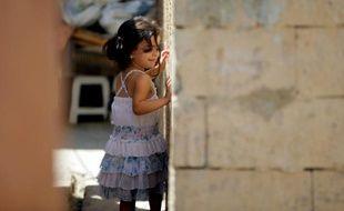 Une petite Syrienne dans un camp de réfugiés non officiel à Tripoli, dans le nord du Liban, le 2 septembre 2015