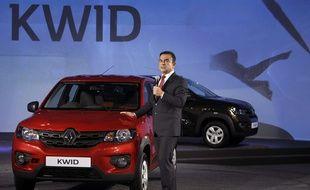 Le PDG de Renault-Nissan, Carlos Ghosn, pose aux côtés de la Kwid.