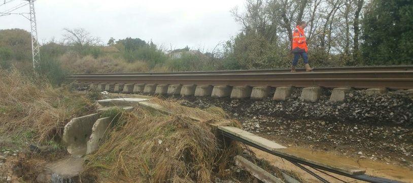 En de nombreux points, le ballast est détérioré et ne permet pas la reprise du trafic SNCF avant jeudi, au plus tôt.