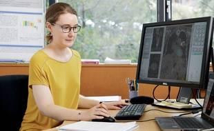 La chercheuse de 29 ans étudie des clichés de tumeurs mammaires