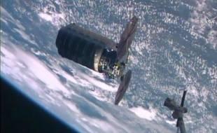 La capsule non habitée Cygnus arrivant à la Station spatiale internationale.