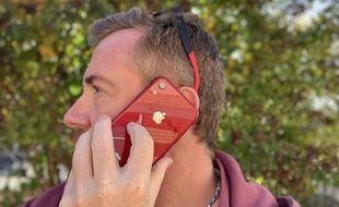 Soigne ton look avec l'iPhone Xr rouge assorti à tes lunettes!