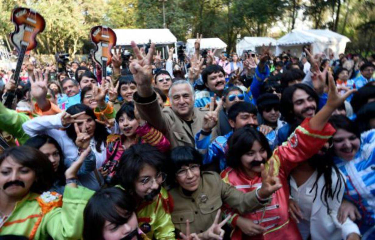Des gens déguisés en Beatles à Mexico le 28 novembre 2015 – ALFREDO ESTRELLA AFP