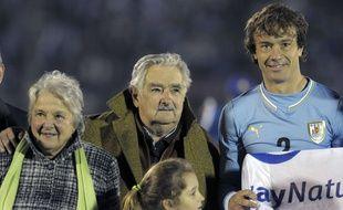Le président uruguayen José Mujica, en compagnie de sa femme et de Diego Lugano, le 4 juin 2014 à Montevideo.