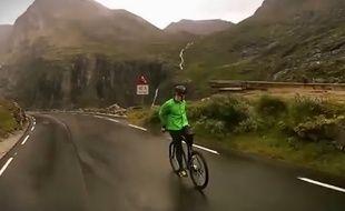 Capture d'écran d'un cycliste descendant un col à l'envers à 80km/h