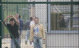 """Brice Hortefeux, ministre de l'Immigration, de l'Intégration, de l'Identité nationale et du Codéveloppement, évalue à """"entre 200.000 et 400.000"""" le nombre d'étrangers clandestins en France, précisant que les immigrés en situation irrégulière ont vocation a être reconduits dans leur pays d'origine."""