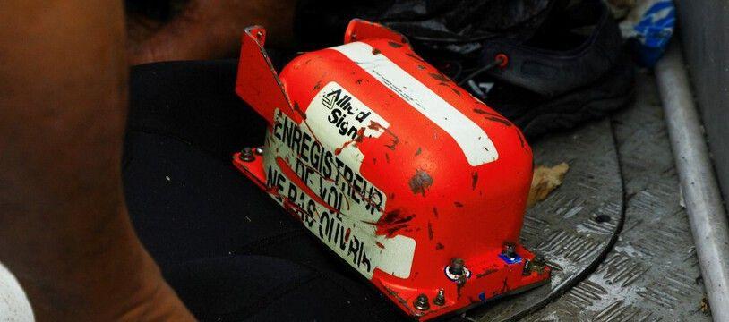 Une boîte noire du Boeing 737 retrouvée en mer par la marine.