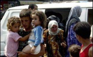 La poursuite de la spirale de violence fait craindre une crise humanitaire en raison notamment de la fuite de dizaines de milliers de Libanais de leurs villages bombardés ou détruits, surtout au sud, pour des zones moins exposées. Ces déplacés ont trouvé refuge dans les écoles, les jardins publics et des parkings de centres commerciaux en attendant l'aide humanitaire, alors qu'Israël impose un blocus aérien et maritime au Liban.