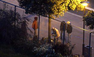 Des consommateurs de crack dans le jardin d'Eole, dans le 19e arrondissement de Paris.
