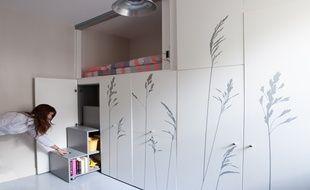 Pour faire de cette pièce de 8m² un espace vivable, le studio Kitoko a imaginé des tiroirs les plus fonctionnels possibles.