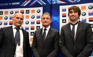 Guy Novès, tout frais sélectionneur du XV de France, entouré de ses adjoints Yannick Bru et Jean-Frédéric Dubois, le 16 janvier 2016 à Levallois-Perret.