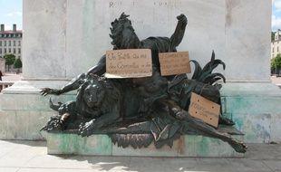 Les membres du mouvement Stop Corruption Lyon se réunissent chaque dimanche place Bellecour pour échanger avec les passants.