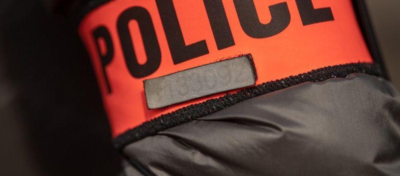 Photo d'illustration d'un brassard de police.