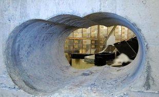 Photographie diffusée le 22 avril 2015 par la police de Londres du trou percé dans le béton de la salle de coffres de la maison de dépôts Hatton Garden au cours de l'audacieux hold-up mené pendant le week-end de Pâques, entre le 2 et le 5 avril 2015