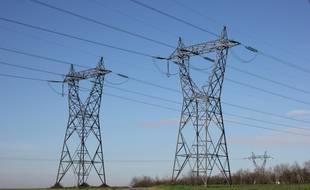 Des pylônes électriques à Domloup près de Rennes.