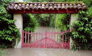 Cette photo prise à Bagnères-de-Luchon, le 18 juin 2013, montre la crue de la Pique, une branche de la Garonne