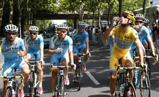 Vincenzo Nibali boit du champagne avec ses équipiers d'Astana pour fêter sa victoire sur le Tour de France, le 27 juillet 2014, à Paris.