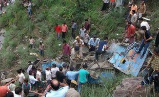 Un autocar bondé est tombé samedi dans un ravin de 76 mètres, dans une région montagneuse de l'Himachal Pradesh, dans le nord de l'Inde, faisant au moins 52 morts et 45 blessés, ont annoncé les autorités locales.