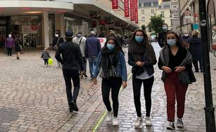 Des piétons portant un masque dans les rues de Nantes (illustration).