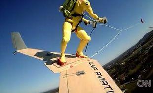 Dans le wingboard, cette fois-ci, la planche en forme d'aile et le courageux qui est dessus (un mannequin pour l'instant) sont tractés non pas par un bateau mais par un avion.