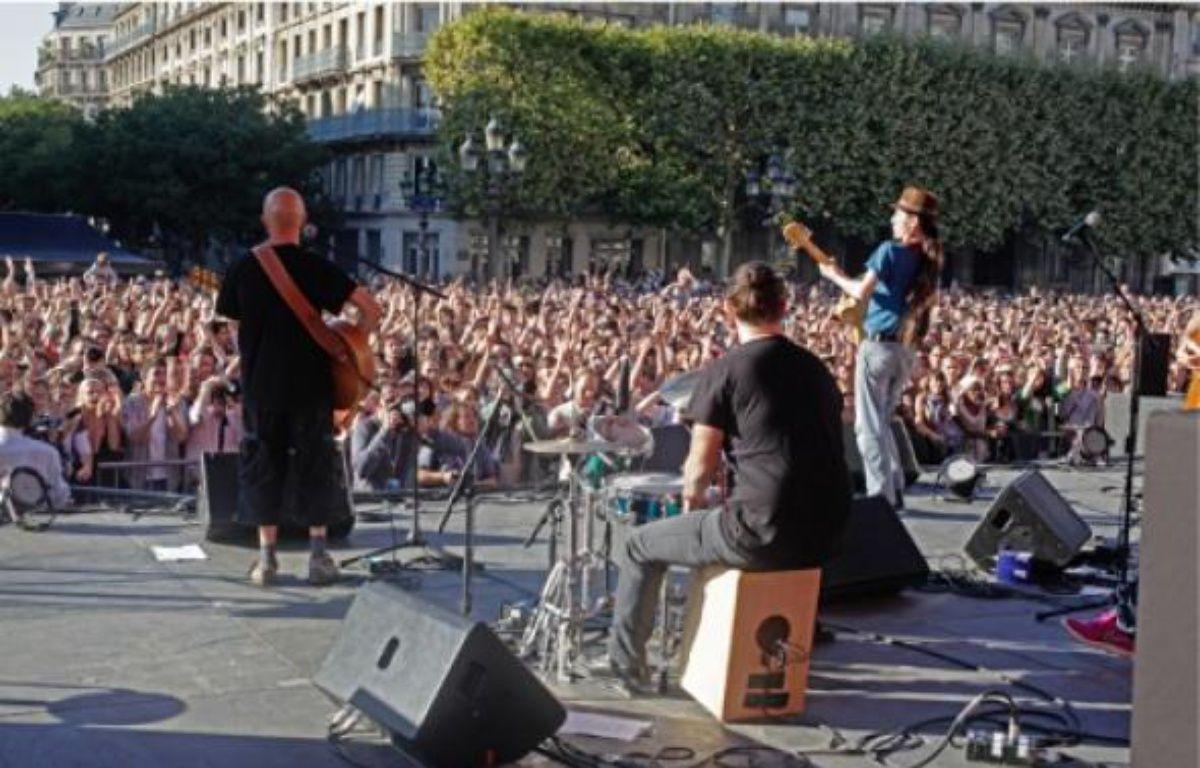A Paris, plus de trois mille personnes se sont réunies sur le parvis de l'Hôtel de Ville. –  A. ROUGIER / 20 MINUTES