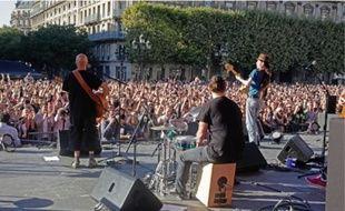A Paris, plus de trois mille personnes se sont réunies sur le parvis de l'Hôtel de Ville.