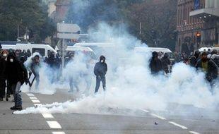 Des gaz lacrymogènes lors des heurts entre police et manifestants à Toulouse, le 8 novembre 2014