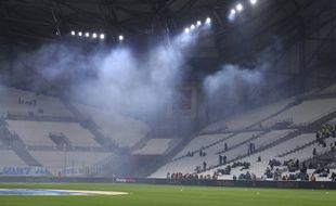Du gaz lacrymogène flotte au-dessus de la pelouse du Vélodrome, avant OM-Bordeaux, le 8 décembre 2019.