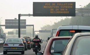 Entre fiscalité et sécurité, la qualité de l'air n'est pas vraiment un sujet prioritaire pour les candidats aux municipales. Un maire peut pourtant beaucoup contre la pollution en ville, à condition de toucher à la sacro-sainte automobile.
