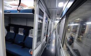 La garde à vue des deux jeunes hommes soupçonnés d'avoir agressé un adolescent juif mercredi soir dans un train entre Toulouse et Lyon, qui devait se terminer vendredi dans la matinée, va être prolongée, a-t-on appris auprès du procureur de la République de Lyon, Marc Cimamonti.