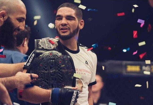 Amin Ayoub tout sourire avec sa nouvelle ceinture.