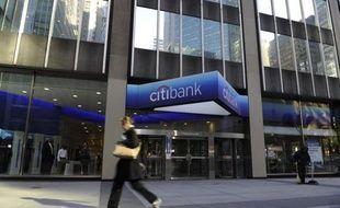 La banque américaine Citigroup va supprimer 4.500 emplois dans les trimestres à venir, a indiqué son directeur général Vikram Pandit mardi, et va passer une charge exceptionnelle de 400 millions de dollars au quatrième trimestre liée notamment à ces licenciements.