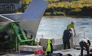 Installation d'une hydrolienne fluviale dans la Loire, à Orléans, le 6 novembre 2014