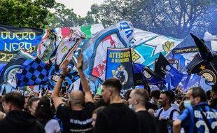 Les fans de l'Inter fêtent le titre devant San Siro.