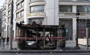 Le kiosque à journaux situé au 101 de l'avenue des Champs-Elysées a été incendié samedi lors de la manifestation des
