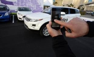 Un employé de Valeo utilise un logiciel sur son téléphone portable pour diriger le véhicule sans chauffeur à se garer tout seul, lors d'une démonstration dans le cadre d'un salon à Las Vegas, le 8 janvier 2014