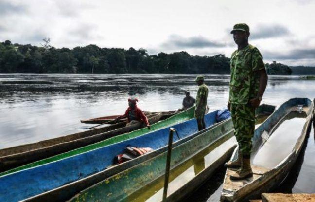 Des éco-gardes arrêtent des pirogues pour vérifier qu'elles ne transportent rien d'illégal, sur la rivière Ivindo, dans le nord-est du Gabon, le 12 novembre 2015
