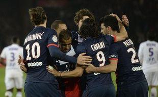 Zlatan Ibrahimovic et les joueurs du PSG se congratulent après un but contre Lyon le 1er décembre 2013 au Parc des Princes.
