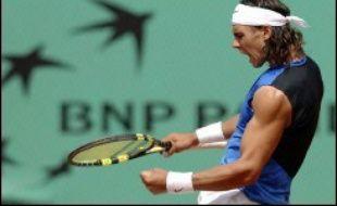 Rafael Nadal s'est qualifié lui aussi pour les quarts de finale du tournoi de tennis de Roland-Garros en battant l'Australien Lleyton Hewitt en quatre sets 6-2, 5-7, 6-4, 6-2.