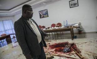Le membre de l'opposition Filbert Mayombo montre les traces de sang et fait constater les dégâts causés au siège de l'opposant Jean Ping après l'annonce de l'élection d'Ali Bongo comme président du Gabon.