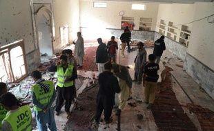 Les forces de sécurité pakistanaises inspectent le 30 janvier 2015 une mosquée de la communauté chiite, cible d'un attentat à Shikarpur, ville située à environ 500 kilomètres de Karachi