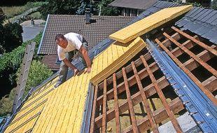 Isolation thermique d'une toiture a l'aide de panneaux rigides de laine de verre.