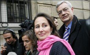 """Ségolène Royal, candidate malheureuse du PS à l'Elysée et présidente de la région Poitou-Charentes, a indiqué vendredi à l'AFP qu'elle n'avait """"pas l'intention de se représenter à la députation"""" conformément au principe de non cumul des mandats qu'elle défend."""
