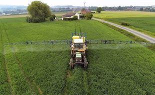 Illustration: un agriculteur emploie des pesticides dans son champ en France.